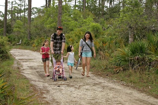 šťastná rodina v lese