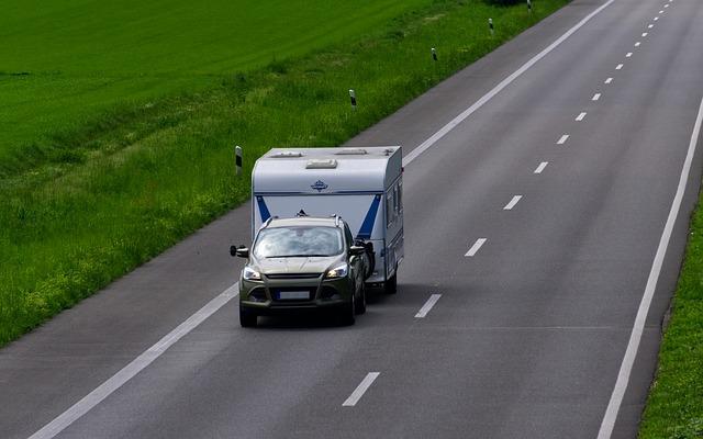 auto s karavanem na silnici.jpg