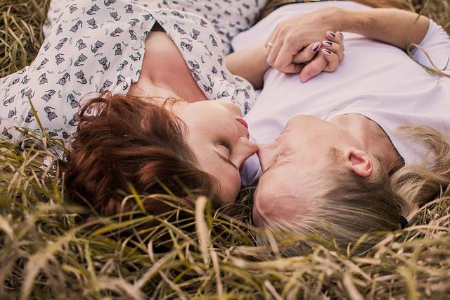 milenci v trávě